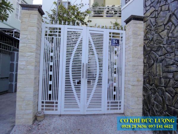 Mẫu cửa cổng sắt đẹp màu trắng CS1925
