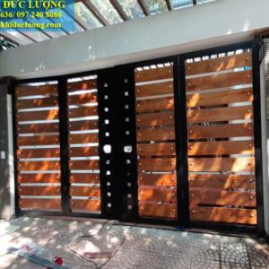 Mẫu cửa cổng sắt pha gỗ sang chảnh CS2020